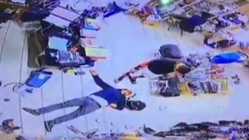 بالفيديو.. لحظة اعتداء كويتي على شاب مصري وسحله داخل سوبرماركت