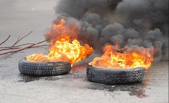 اغلاق طريق  المفرق - عمان الدولي وحرق اطارات