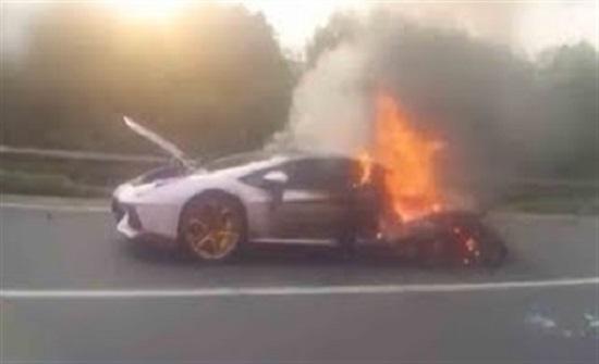 اشتعال النيران في سيارة لامبورجيني قيمتها 1.2 مليون دولار (فيديو)