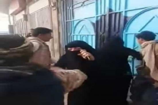بالفيديو: حوثيون يشتبكون مع معلمات مدرسة تصدين لهم في صنعاء