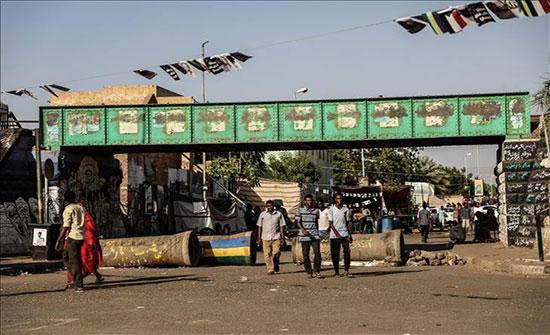 معتصمون يبدأون بإزالة حواجز في شوارع رئيسية بالخرطوم