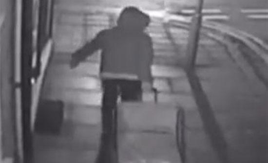 شاهد بالفيديو.. زوج يسحب جثة زوجته بعد قتلها وتقطيعها لأجزاء بالشارع