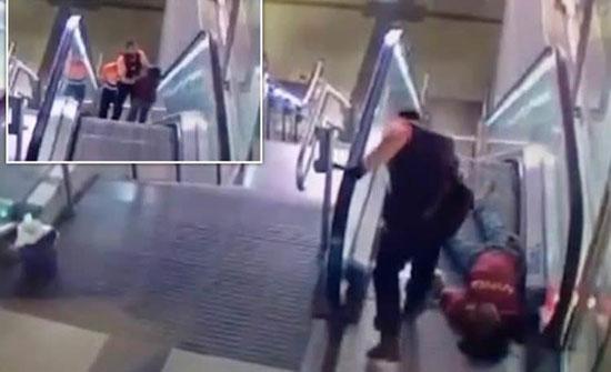 شاهد: رجل أمن يعتدي على مهاجر في أسبانيا.. ويلقى عقابا فوريا