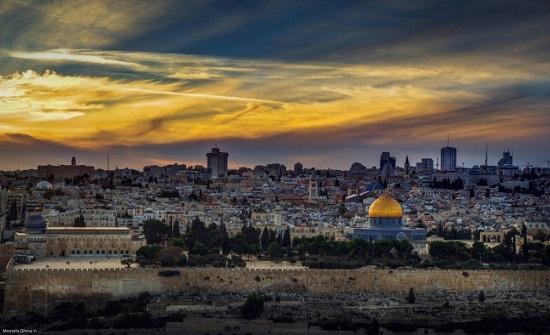 التربية : توعية الطلاب في الطابور الصباحي حول القدس