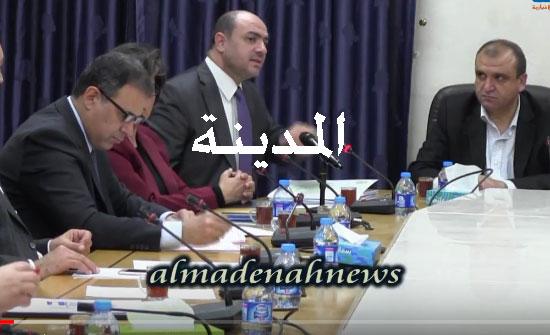 بالفيديو : شاهد كيف فتح عربيات النار على شركات الحج وبماذا يتهمها