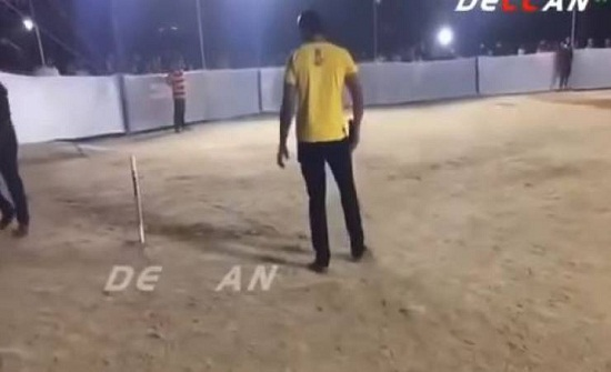 فيديو| لحظة وفاة شاب وسط الملعب بشكل مفاجئ!