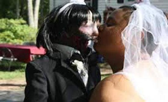 بالفيديو : زواج امرأة من دمية «زومبي» في حفل زفاف مخيف