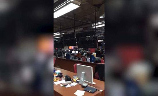 بالفيديو: فرار موظفي التلفزيون لحظة زلزال إندونيسيا