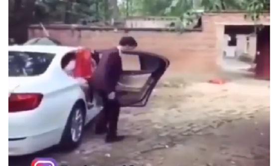عريس حاول حمل عروسه في حفل الزفاف فتسبب في سقوطها بشكل مروع (فيديو)