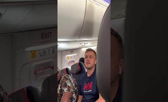 وسط ذهول الركاب.. امرأة غيورة تشتم وتهين صديقها على متن طائرة (فيديو)