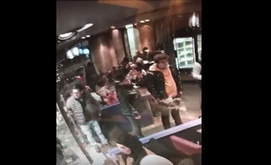 لحظة سرقة فتاة خليجية داخل مطعم في لندن (فيديو)