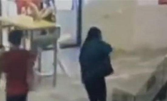 (فيديو) : لقطات صادمة لرجل يصفع امرأة داخل مول