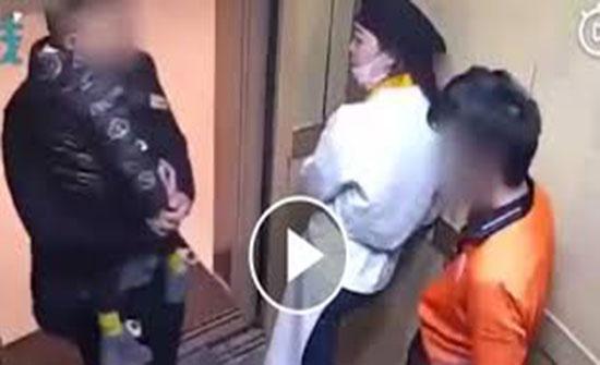 أب يلقن عاملا «علقة ساخنة» داخل مصعد بسبب سيجارة (فيديو)