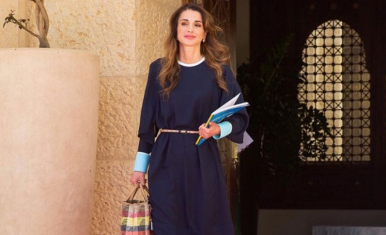 بالصورة : ناشطون يفتخرون بتواضع الملكة رانيا