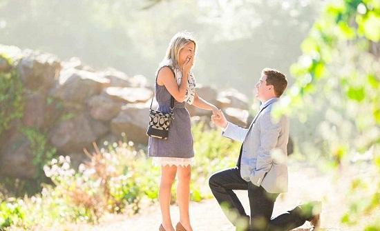 لهذا السبب ينحني الرجل على ركبتيه عندما يطلب يد حبيبته للزواج