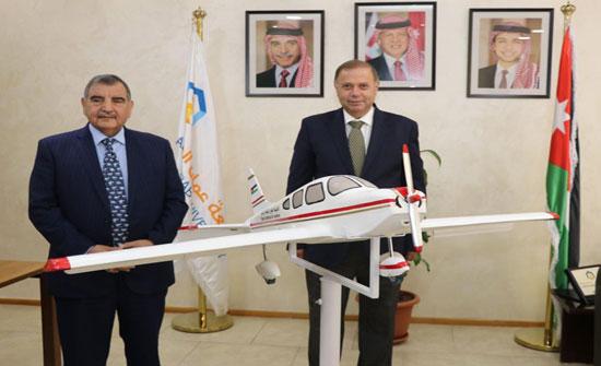 """""""عمان العربية"""" تتسلم مجسم طائرة من اكاديمية الطيران الملكية الاردنية"""