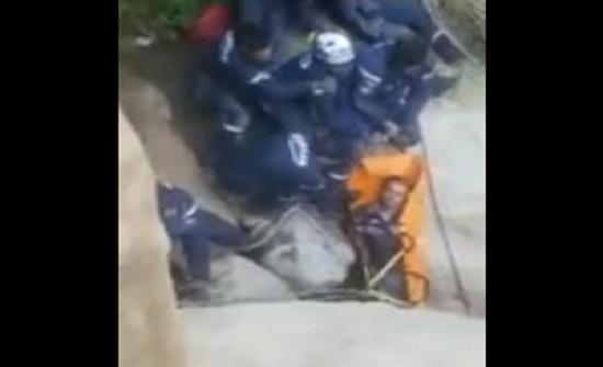 بالفيديو : شاهدوا كيف تم انقاذ شاب سقط على مقطع صخري في مادبا