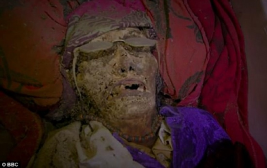 يقدّمون لهم الطعام والشراب والسجائر .. إليكم قصّة القرية التي لا تدفن موتاها!