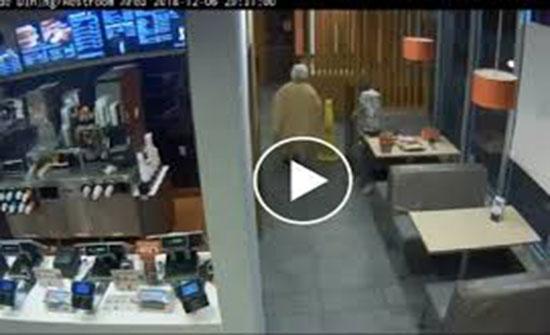 رجل يخطف حقيبة امرأة ويدهسها بسيارته خلال مطاردتها له (فيديو)