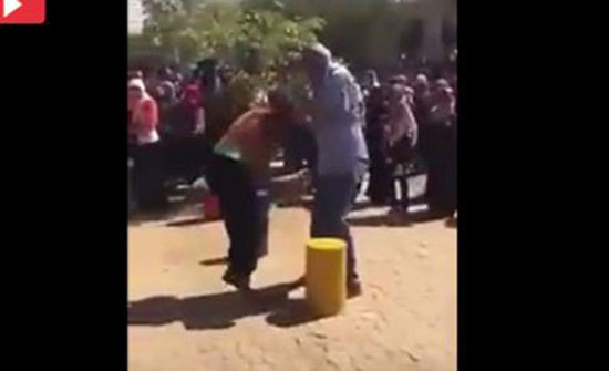 فيديو لرئيس جامعة يضرب طالبتين يثير الغضب ( شاهد )