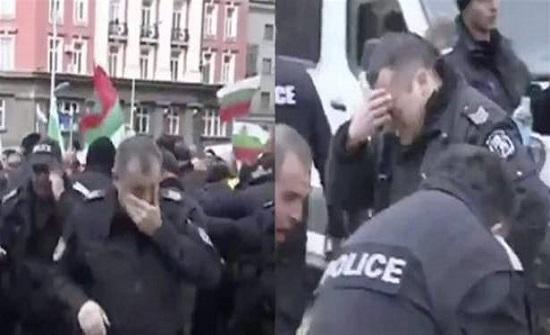 """بالفيديو- الشرطة البلغارية تطلق """"رذاذ الفلفل"""" على نفسها """"بالخطأ""""!"""