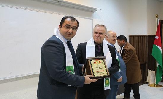 """أبو كركي يكرّم أعضاء هيئة التدريس وأوائل طلبة كلية العلوم التربوية في جامعة """"الحسين """""""