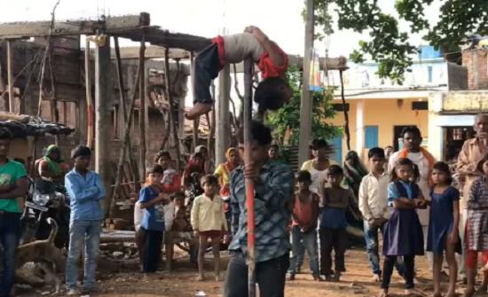 بالفيديو : رجل هندي يغامر بحياة طفلته باستعراض خطير