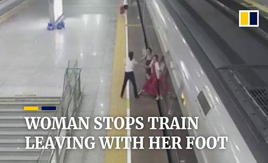 فيديو : محاولة يائسة لسيدة متأخرة عن العمل توقف قطارا بقدميها