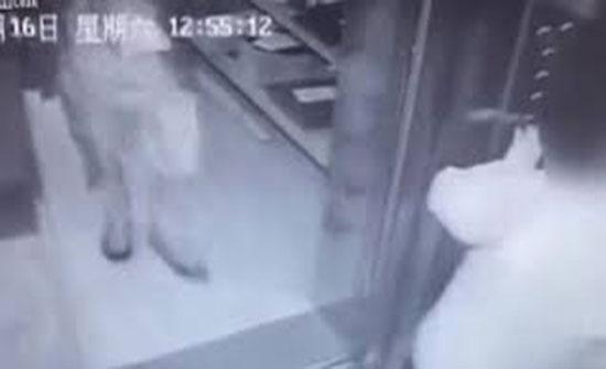 عامل دليفري يعتدي على عجوز بالضرب المبرح (فيديو)
