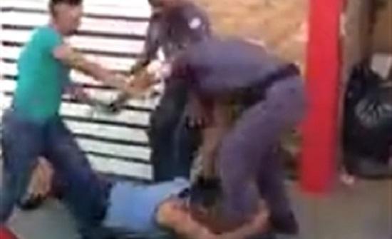 رجل يعض شرطيا في محاولة للهرب منه (فيديو)