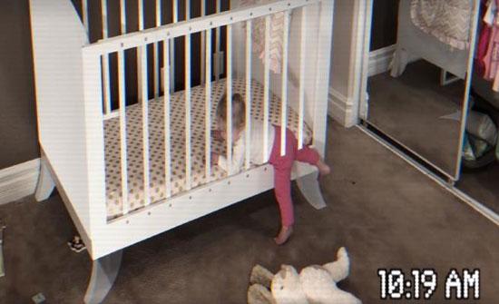 رضيعة تخرج عبر قضبان سريرها.. شاهد الخدعة البصرية
