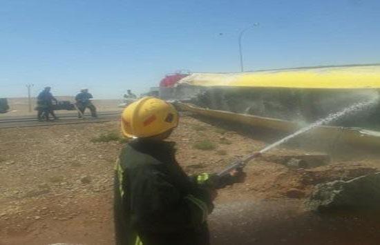 بالصور : محاولة إنقاذ سائق صهريج بعد تدهوره