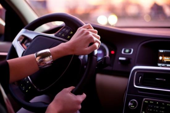 من يقود أفضل النساء أم الرجال؟