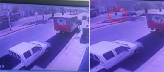شاهد..شخص يطير في الهواء عدة أمتار بعد أن صدمته سيارة مسرعة