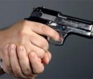 طالب جامعة حكومية يطلق النار على باب الكلية من مسدسه