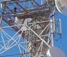 بالصور : شاب يهدد باﻻنتحار من أعلى برج اتصاﻻت في معان