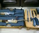 الأمن يضبط أسلحة نارية وأدوات تزوير بمنزل في العقبة (صور)
