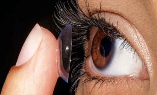 استشاري عيون: تنظيف العدسات باللعاب أو الشاي قد يؤدي للعمى لهذه الأسباب