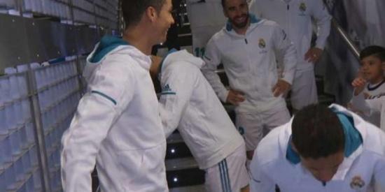 شاهد.. رونالدو يكافئ طفل مدريدي على إهانته لميسي