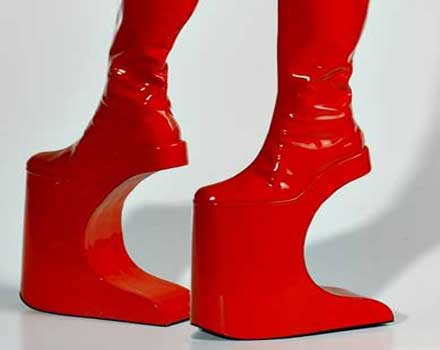 7447a2a01085f أحذية غريبة ذات كعب عالي جدا ( شاهدوا الصور ) - المدينة نيوز