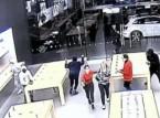 لصوص يسرقون متجر آيفون في لمح البصر