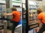 شاهد: رد فعل شاب جائع علق طعامه داخل آلة