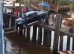 شاهد: متهور يعبر حاجز مائي بسيارته مستخدماً عارضتين خشبيتين