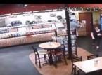 شاهد.. زبون يوقف لص مسلح أثناء سطوه على أحد المطاعم