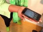 شاهد.. ردة فعل امرأة خرج عنكبوت من هاتفها