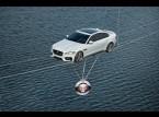 شاهد.. سيارة تعبر نهر التايمز على حبل