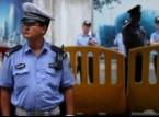 شاهد: شرطي يعلق بسيارة مخمور أثناء سيرها