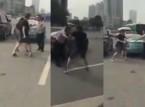 شاهد: ماذا فعلت فتاة وصديقها مع سائق تاكسي تحرش بها