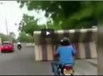 شاهد.. نقل كنبة بين رجلين على دراجة نارية