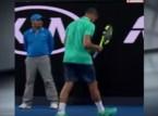 لاعب تنس مشهور يوقف المباراة للاطمئنان على فتاة جمع الكرات